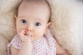 photographe bébé 92, Aline Deguy, Studio, Publicité, people, agence de mannequin bébé, casting, book, bébé de star, bébé suce son pouce