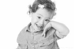 Léna deux ans après sa séance photo nouveau-ne – Vivre avec la trisomie