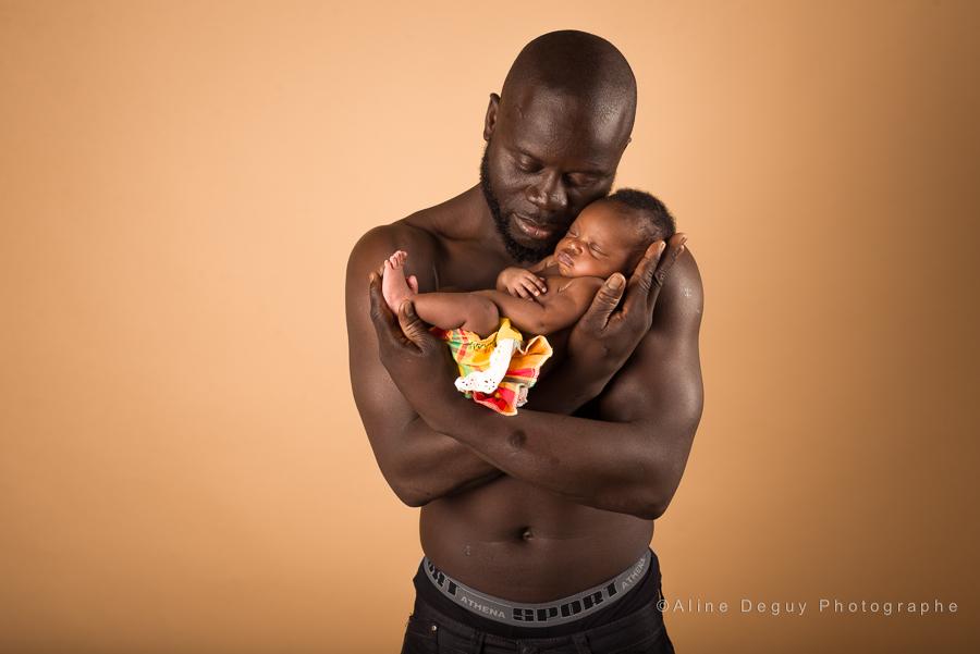 photo bébé et papa, photographe famille, naissance, bébé