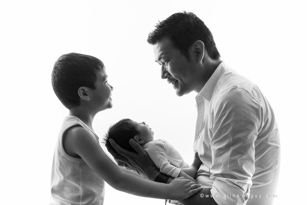 Séance photo nouveau-né en famille, photographe bebe studio, aline deguy, photographe nouveau ne paris