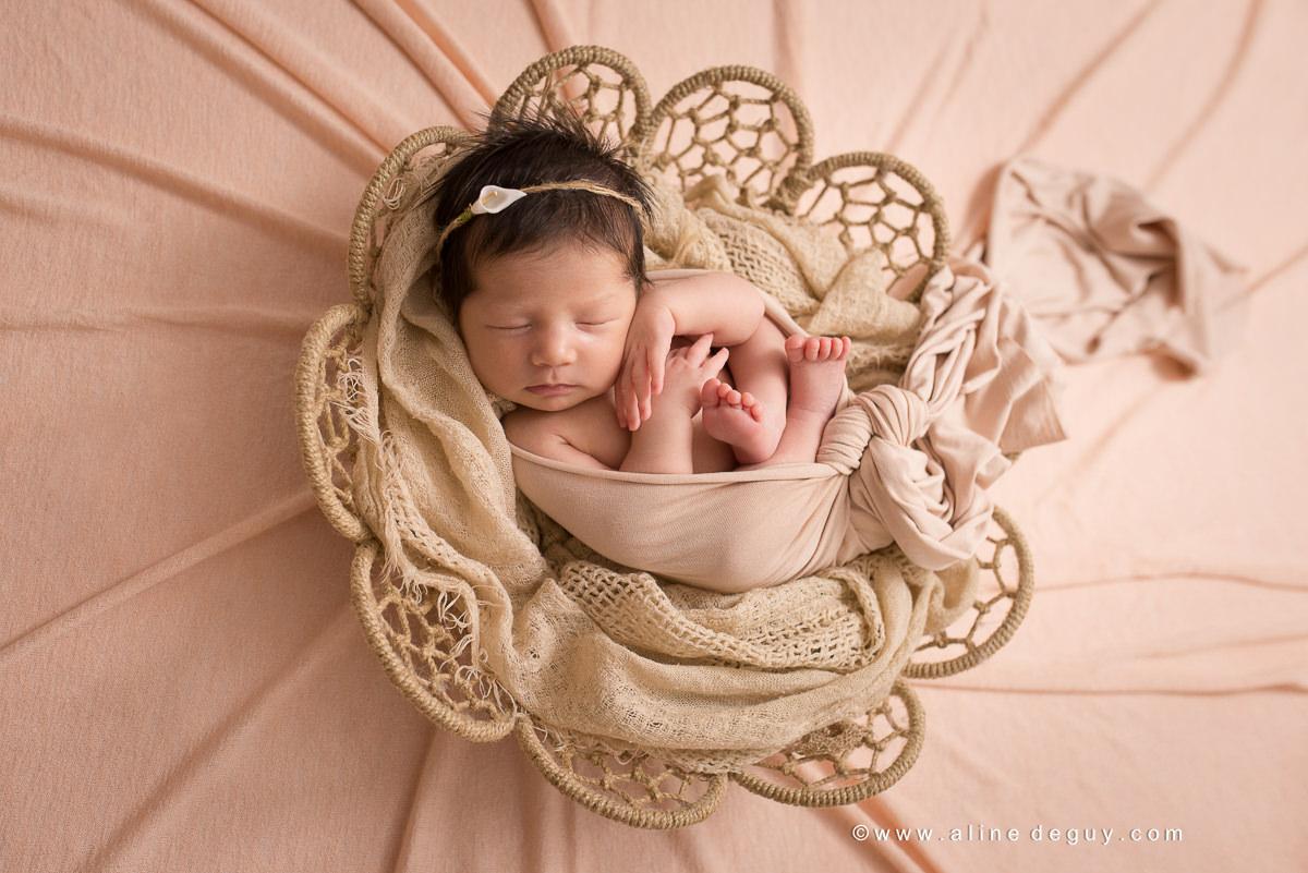 Séance photo nouveau-né en famille, newborn photographer, newborn posing, aline deguy