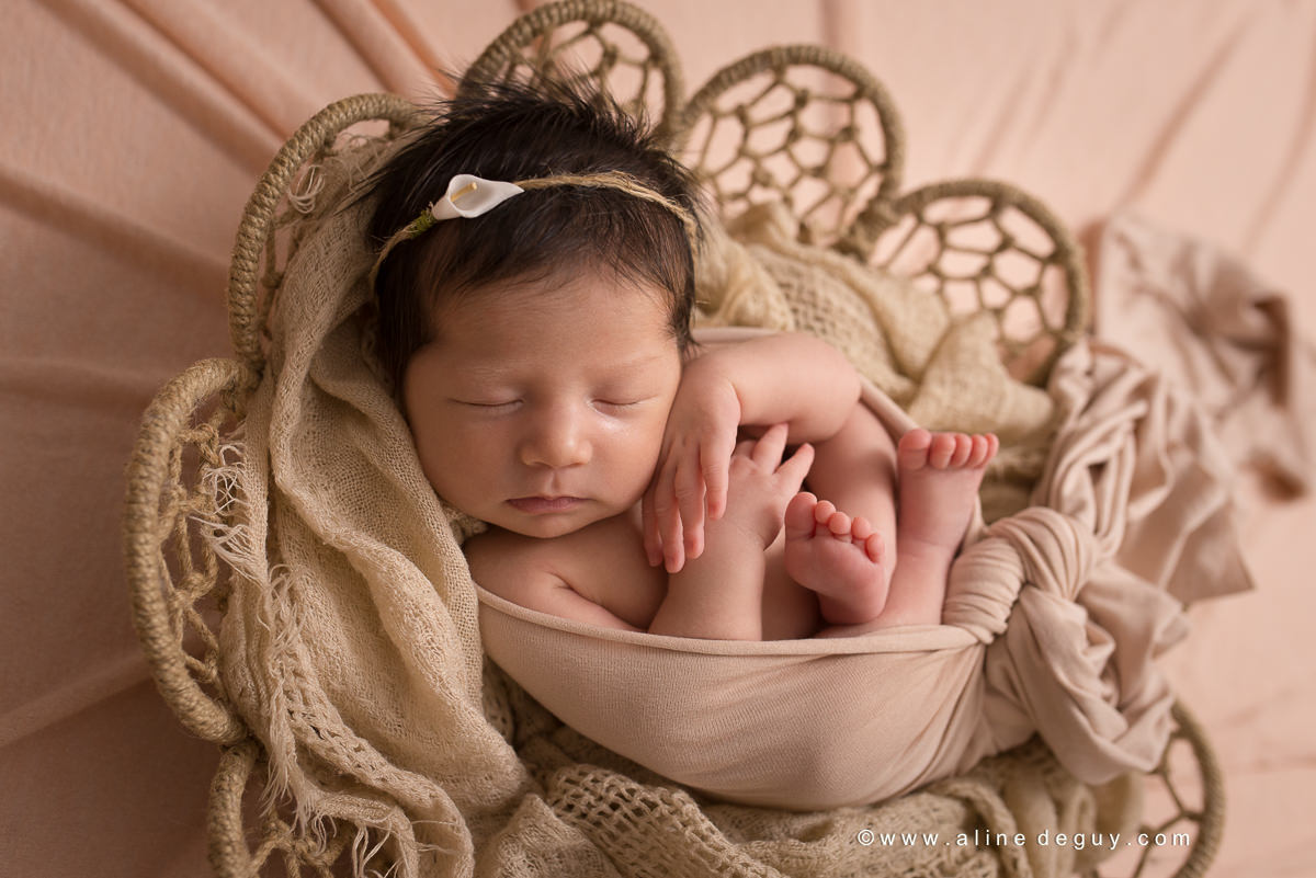 Séance photo nouveau-né en famille, photographe bebe paris, studio photo paris, aline deguy, photo bébé endormi